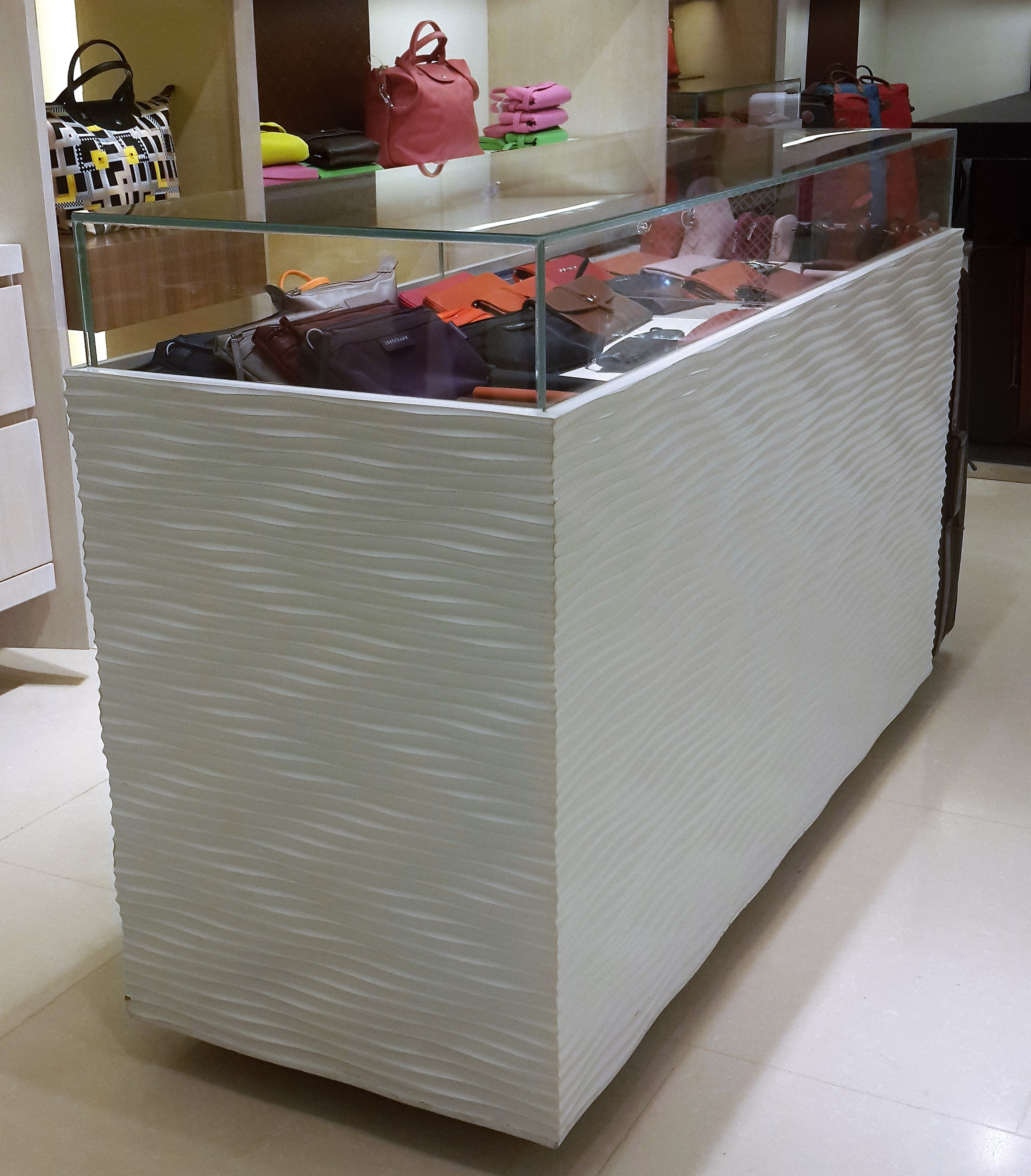 Lemari Display Longchamp Indonesia dibuat dari panel 3D Dinding3D wavepanel